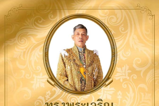 """玛哈国王69岁寿诞,王室晒出""""一家四口""""照,苏提达护卫装寓意深"""