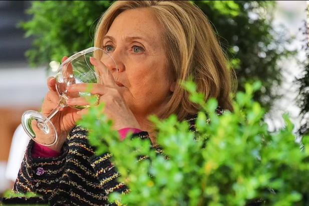 """媒体:希拉里因丈夫克林顿与斯汀的妻子""""过于亲密""""而闷闷不乐"""