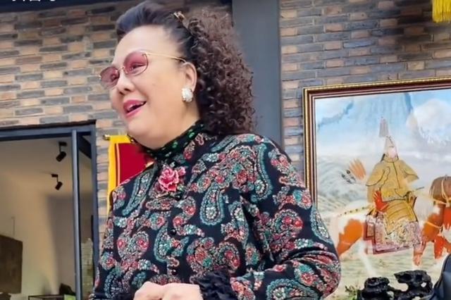 杨议夫人孟真罕露面,曾是歌星红过老公!恩爱31年无惧富婆示威