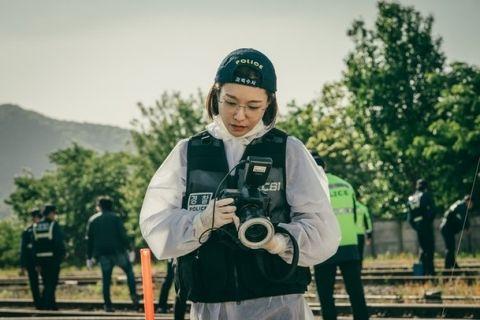 OCN新剧《Train》分享了尹施允和申素率的新剧照