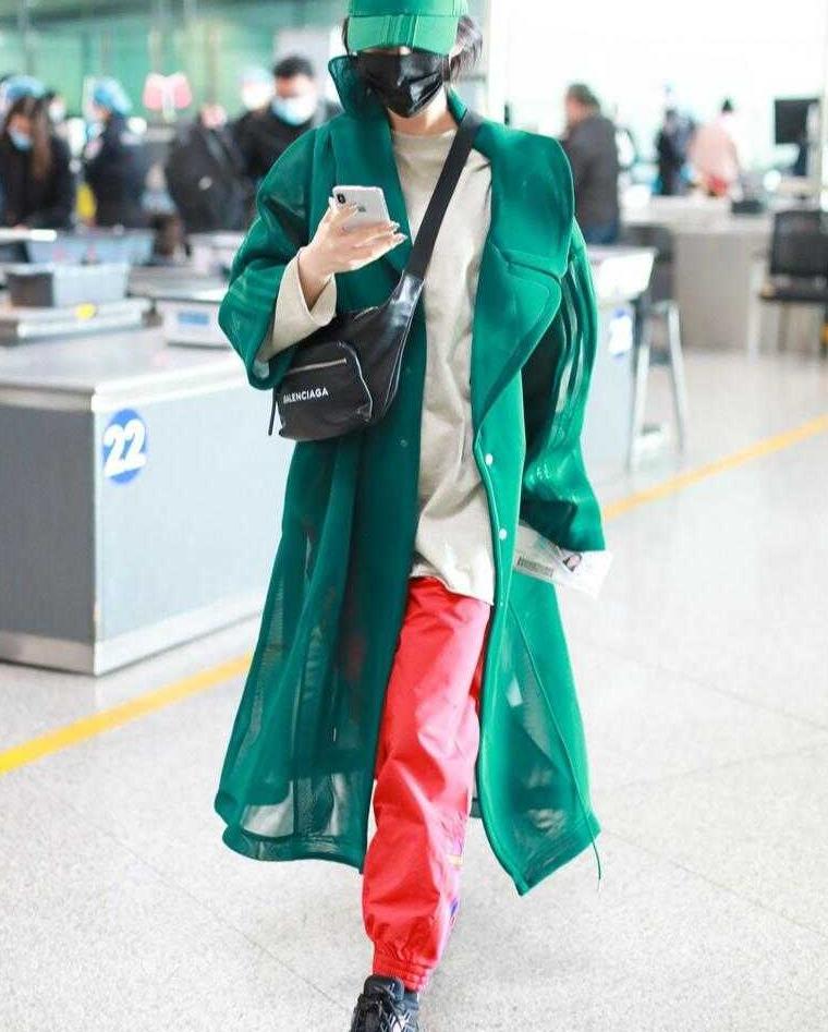 """张馨予真的""""敢""""穿,绿大衣搭配红色裤子走机场,抢眼又抢镜"""
