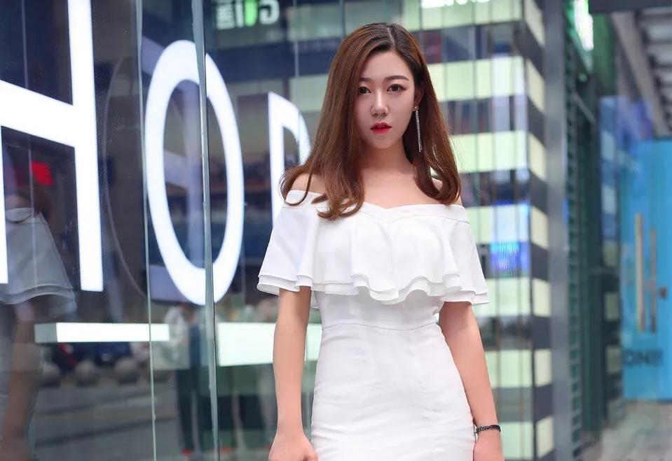 街拍时尚组图:女性搭配时尚高跟鞋,让自己身上散发出迷人的气息