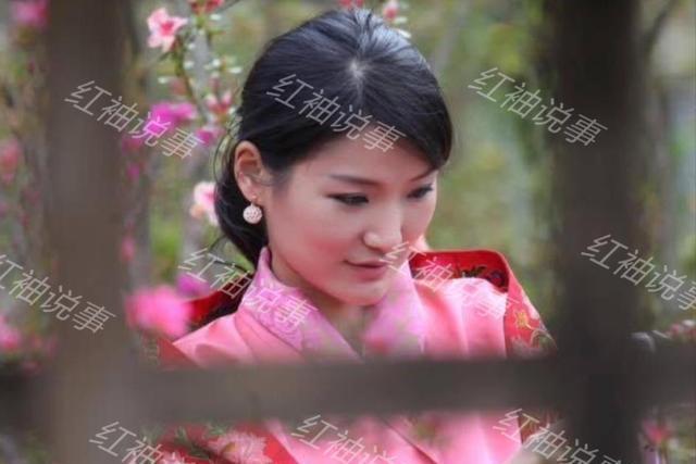 全家在桃花树下合影,31岁佩玛王后人比花娇