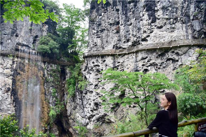 广东唯一一个地下河水形成的瀑布,从山腰飞流直下落差百米