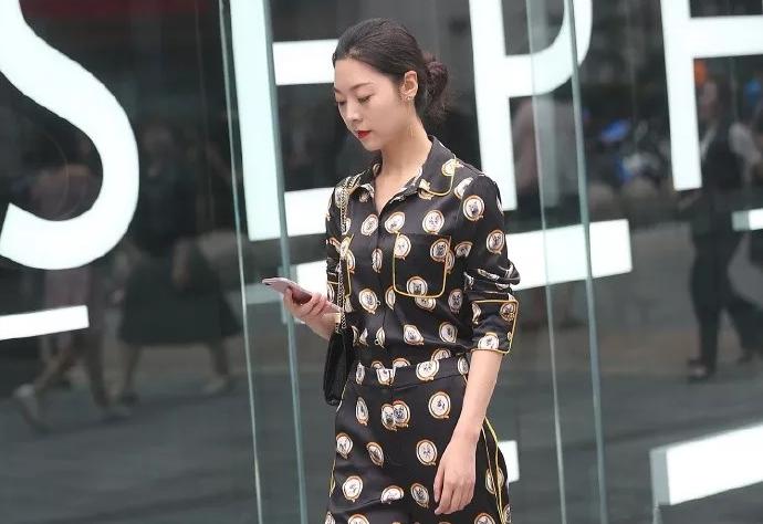 街拍时尚组图: 女生搭配高跟鞋显高又时尚,带给女人自信的魅力