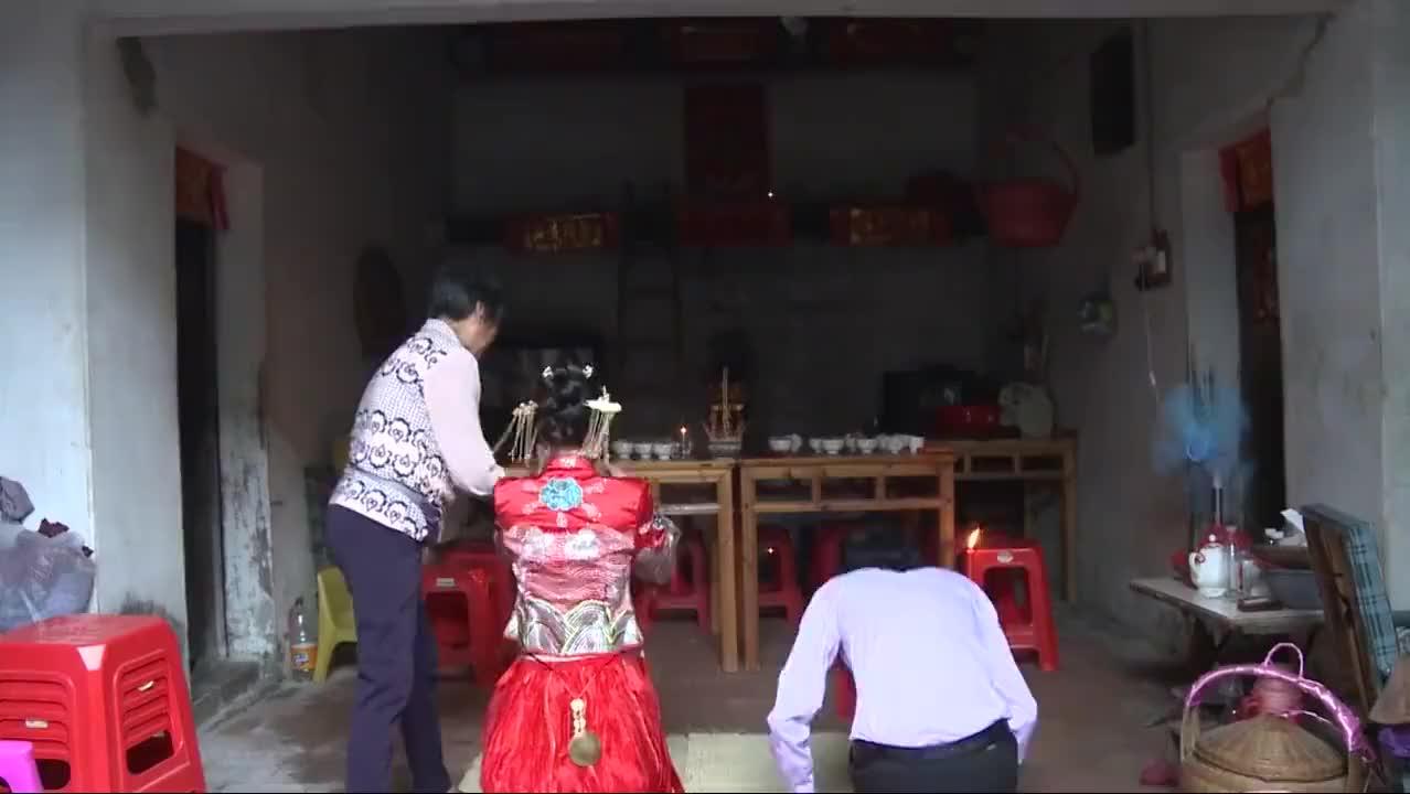 广西农村婚礼,新娘一个人拜堂,不见新郎人影,猜猜啥原因