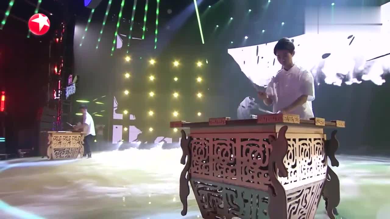 中国达人秀:中学老师上达人秀,创新传统杂技表演,引观众惊奇