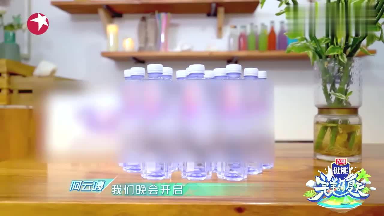 完美的夏天:吴宣仪和杨超越火箭少女再合体,表演二人转嗨翻全场