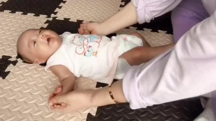 妈妈给小宝宝做操,看宝宝这表情就像假玩偶一样,太搞笑了!
