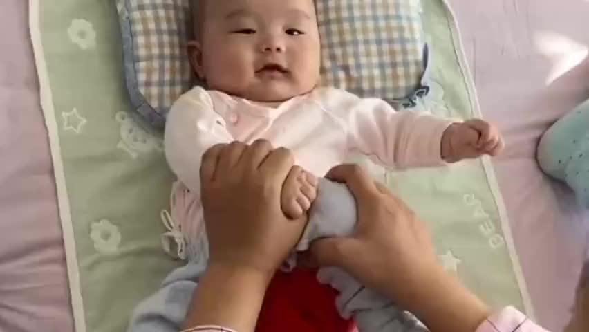 妈妈给小宝宝做胀气操,接下来宝宝的表情好萌,简直太可爱了!
