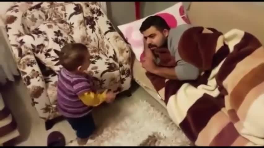 爸爸大清早睡懒觉,宝宝霸气教训老爸,满嘴婴语,但这气势就赢了