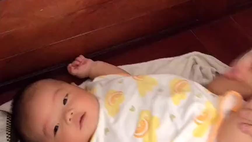 妈妈给小宝宝做抚触按摩,没想到宝宝是这种表情,这是在嫌弃吗?