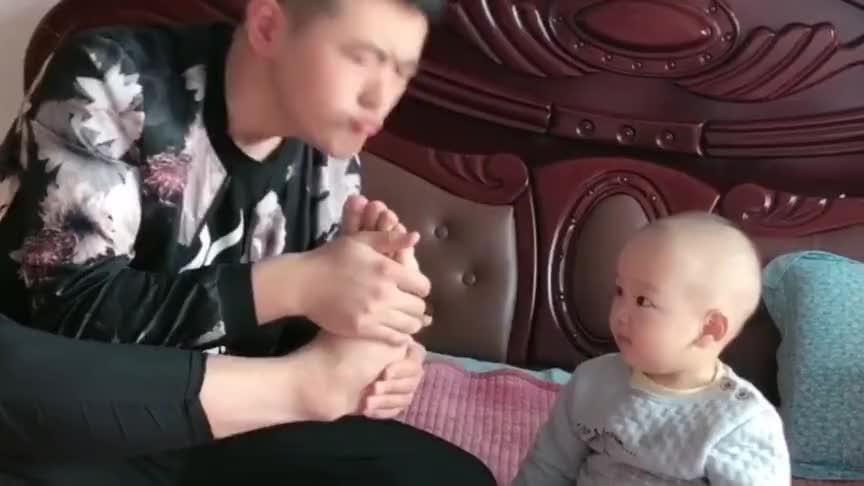 爸爸拿自己的脚给儿子闻,没想到宝宝闻了一下就倒下了,简直是个