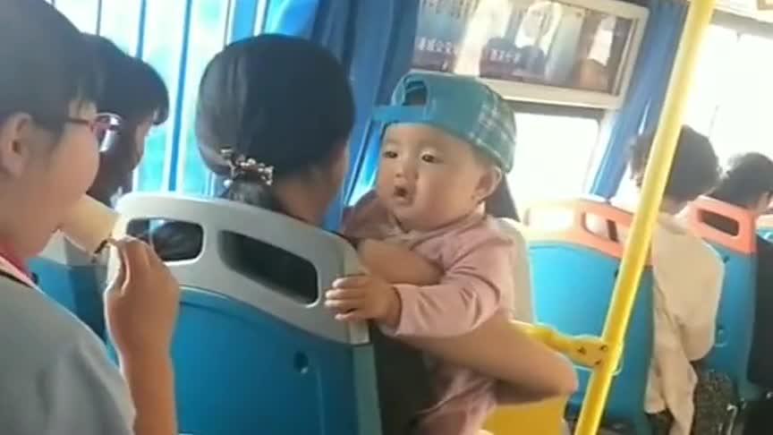 公车上偶然拍到这一幕,小姑娘你吃个雪糕,把前面的小宝宝都馋坏