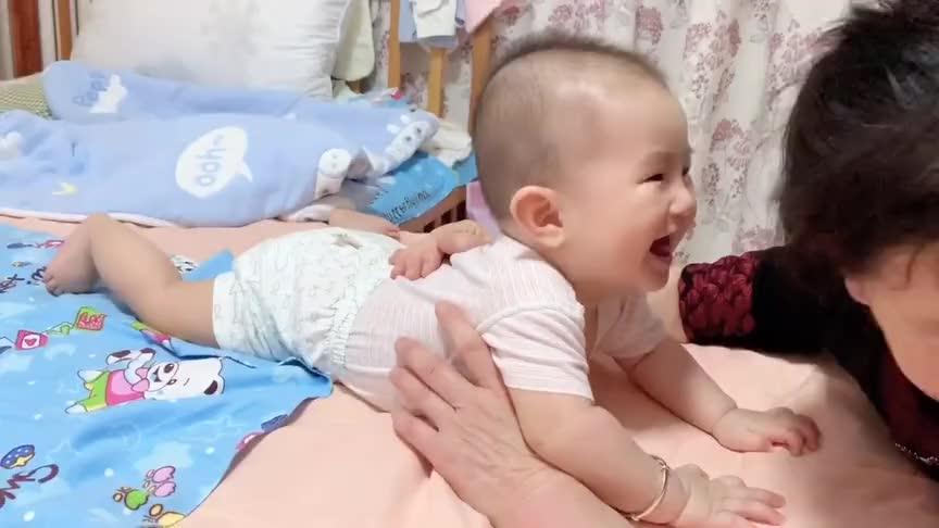 小宝宝居然有这个癖好,那就是玩奶奶的头发,全程太逗了!