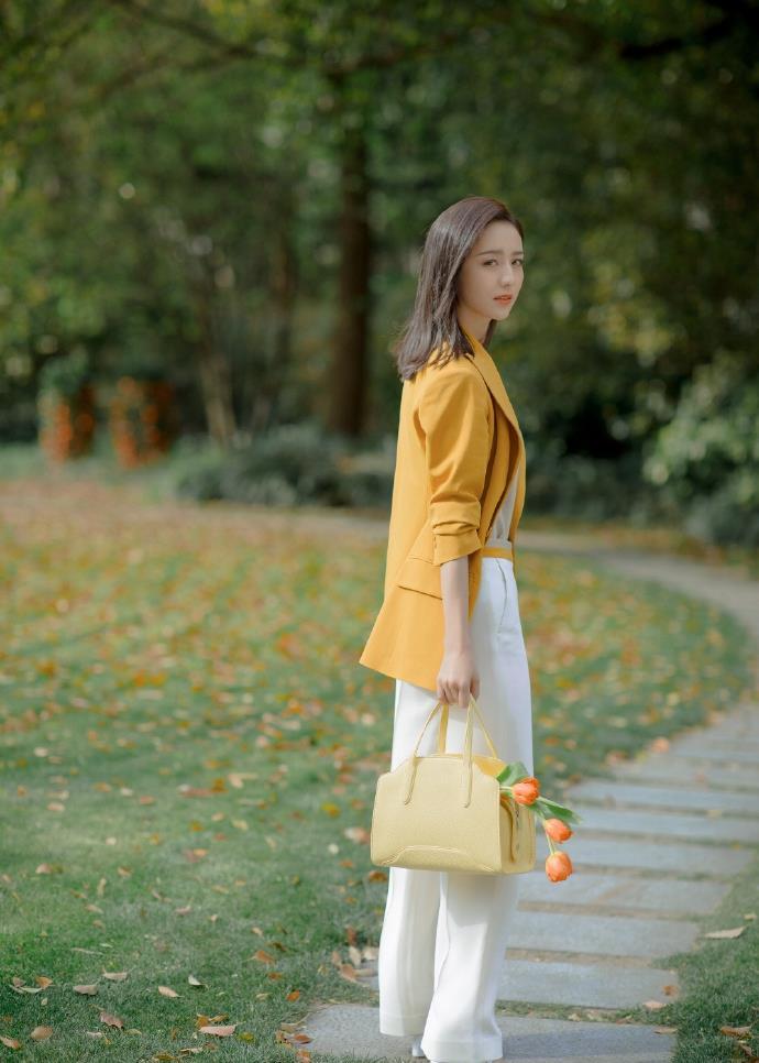 佟丽娅简约黄色西装针织套装干练大气写真