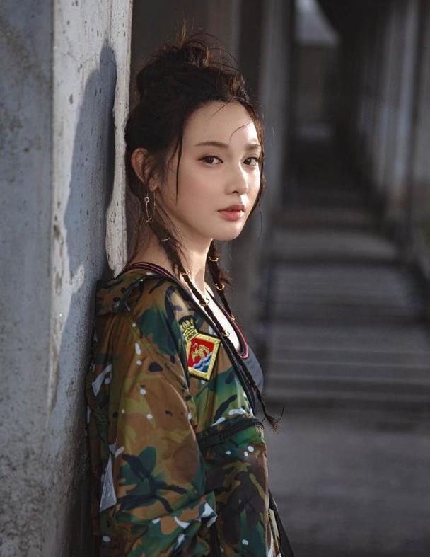 彭小苒变身酷女孩,军绿色迷彩外套配黑色露脐背心,男友力爆棚