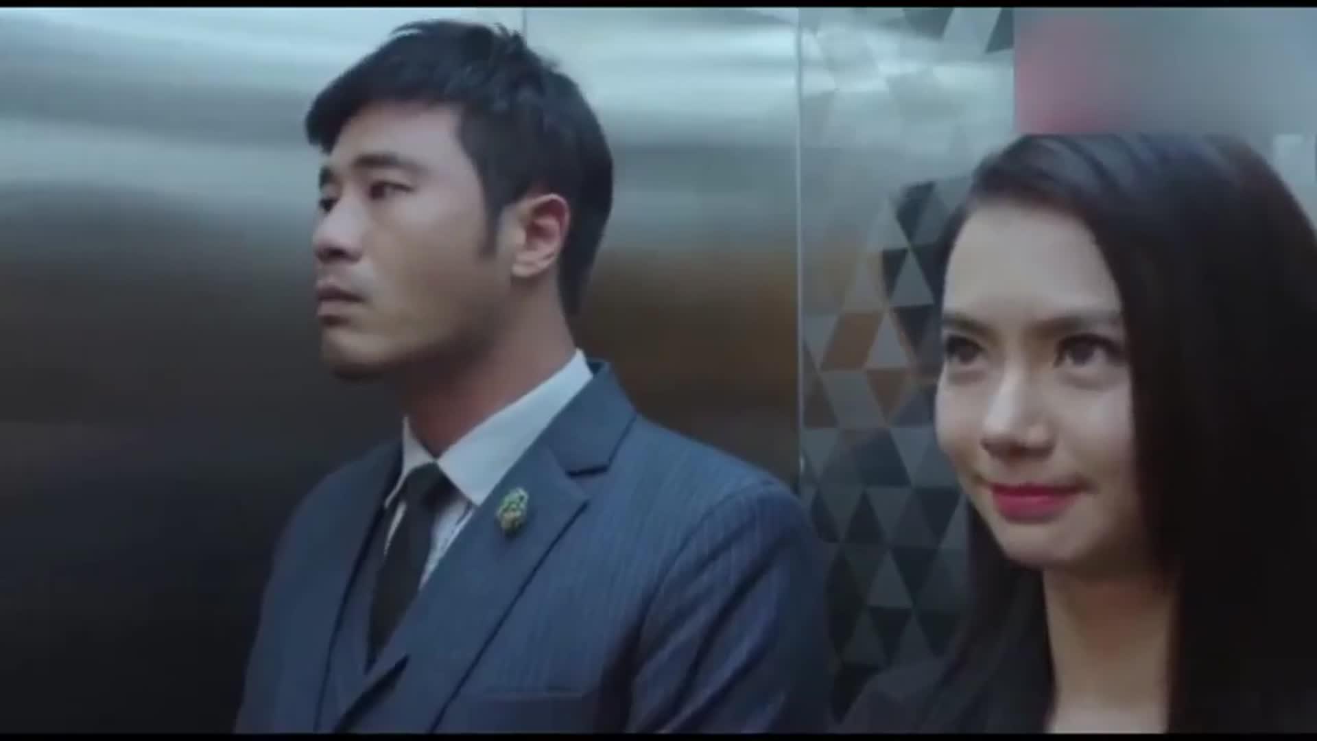 影视剧:高富帅在电梯里淡定的亲了下戚薇