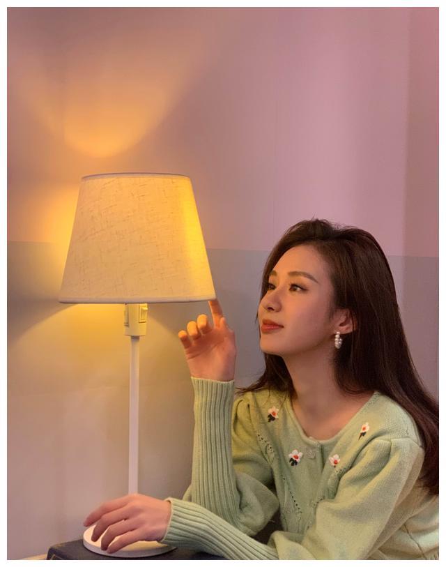 郑合惠子甜俏自拍颜值在线新剧一人分饰两角引人期待