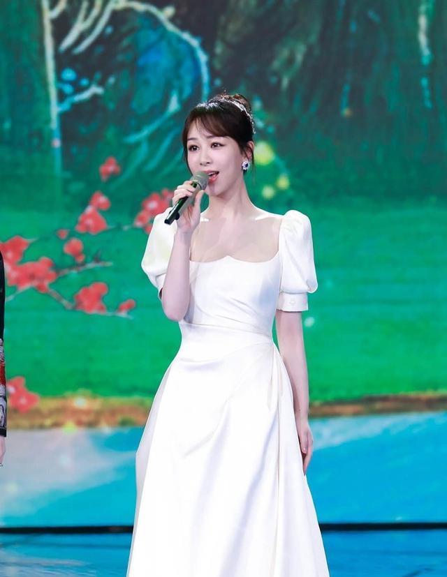 """央视五四晚会,杨紫穿泡泡袖裙扮""""在逃公主"""",马丁靴又抢镜了"""
