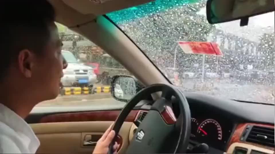下雨天突降100元现金,师傅都不敢开雨刷器了