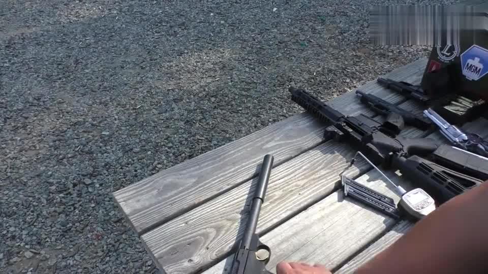 这款小口径半自动手枪厉害了,装有消音器射击声音小的几乎听不见