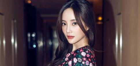 """李小璐拍""""洗头""""视频,卸妆出镜见素颜,终于相信她39岁"""