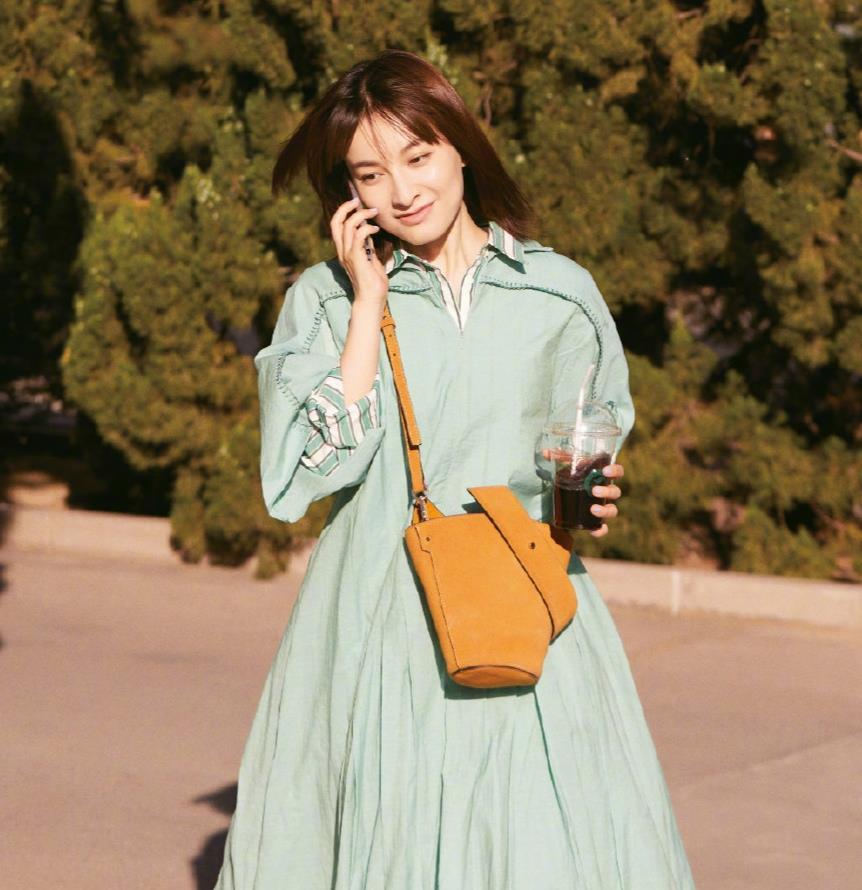 36岁吴昕穿搭太减龄,黄T恤搭背带裙衣品进步不少,气质更美了