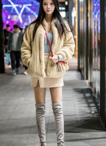 街拍美图:落落大方的小姐姐,优雅的穿搭,轻松成为众人焦点!