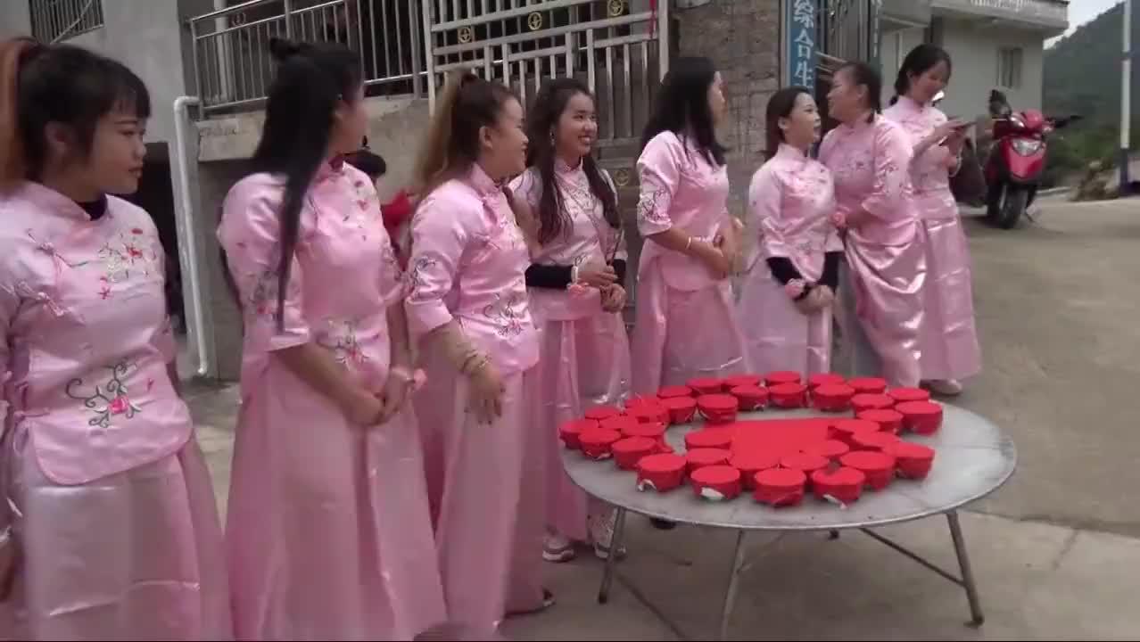 广东老板,春节到贵州山区娶媳妇,伴娘一个比一个漂亮,新娘啥样