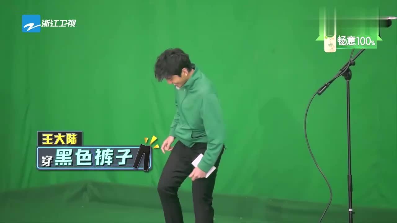 """王俊凯上台播报天气,""""恶劣天气""""突然来袭,少年们瞬间惊呆"""