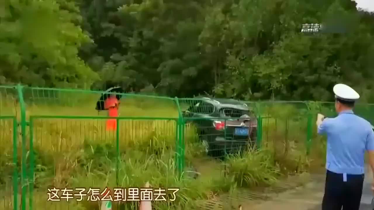 护栏没有碰撞的痕迹,原来车辆是这样翻进去,万幸的没人员伤亡