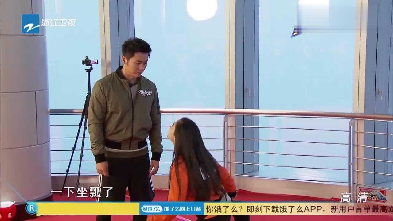 杨颖表演铁锭公主坐瓢了,自己被逗的笑到不行,李晨都哭了!