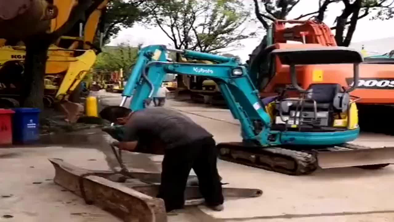 比车身都重的铁,挖掘机竟然抬得起,司机水平不一般!