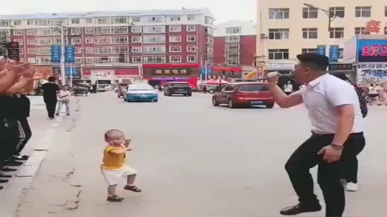 这么多人跳舞,还不如这个小宝宝跳的好,宝宝气场太强了!