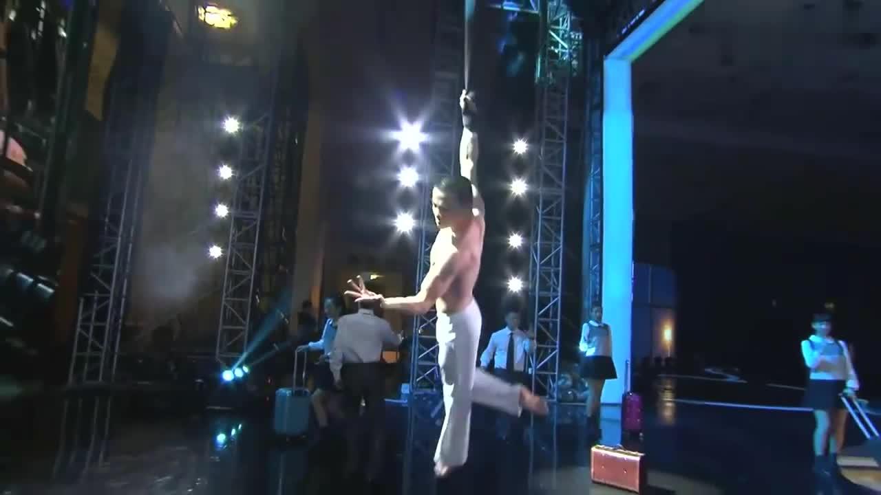 出彩中国人:重庆小伙出彩舞台,表演精彩空舞杂技,引周立波鼓掌