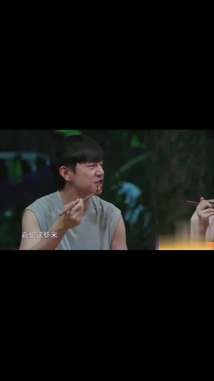 任嘉伦带的青岛虾米,谭松韵何炅吃得津津有味,赞不绝口!
