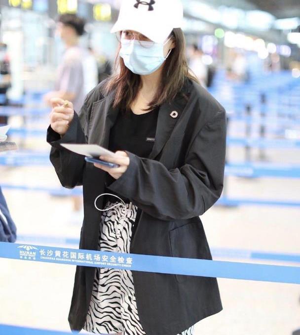 吴昕机场造型越发时髦,宽松西装配斑马纹短裤,穿出了欧美超模范