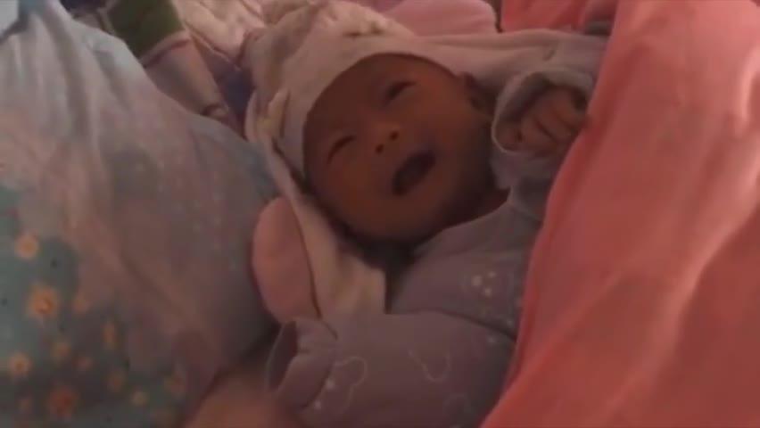 小宝宝哭得稀里哗啦,妈妈只顾着拍视频,都不知道上来抱一下宝宝