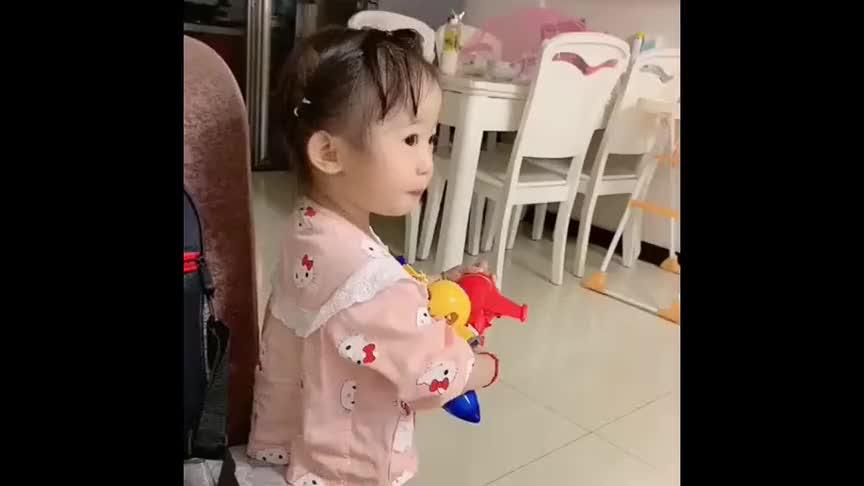 女儿不给小姨道歉就算了,居然还想打小姨,小姨一招就制服她了