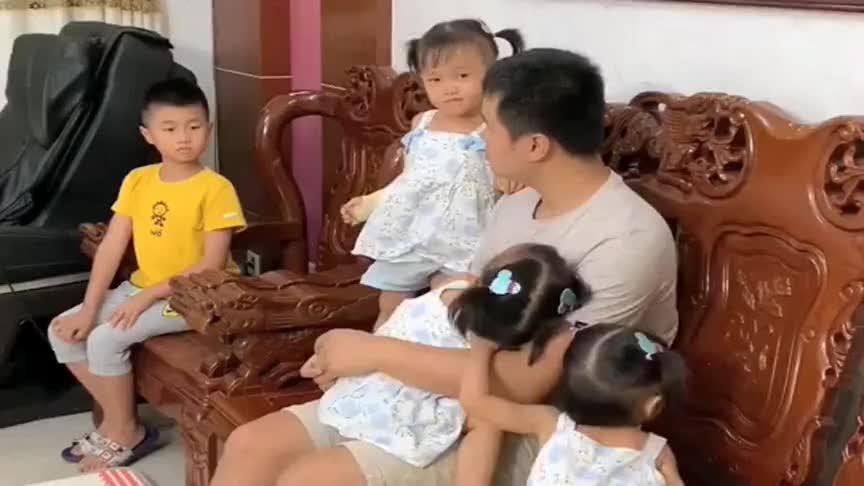 女儿不愧是爸爸的小情人,看到儿子的眼神,为娘都心疼了!