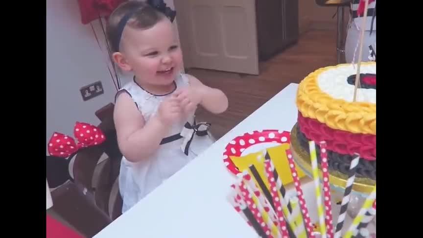 弟弟生日,姐姐对蛋糕虎视眈眈,随后的举动简直太可爱了!