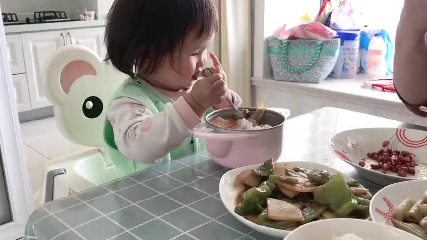 真是治愈系视频,看到小宝宝吃饭的样子,感觉胃口大开啊!