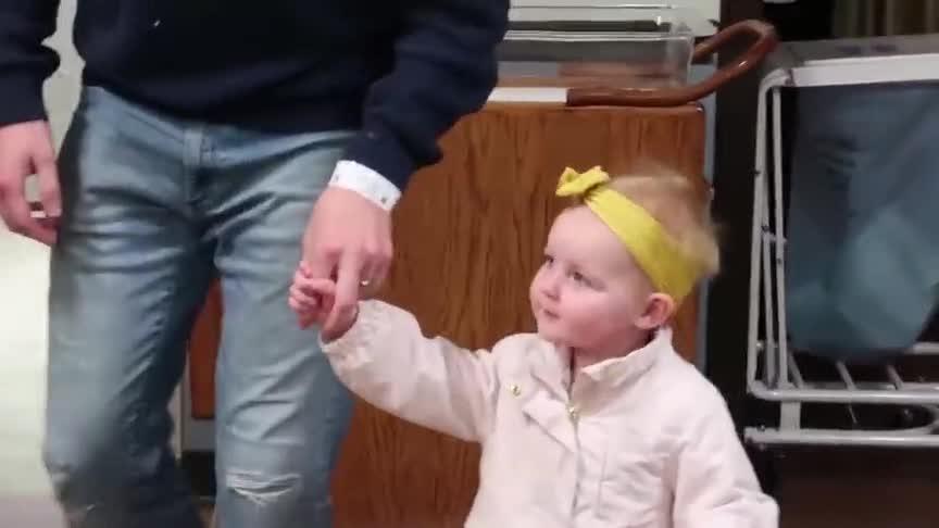 小女孩第一次见到刚出生的弟弟,伸出小手轻轻触碰,画面萌翻了