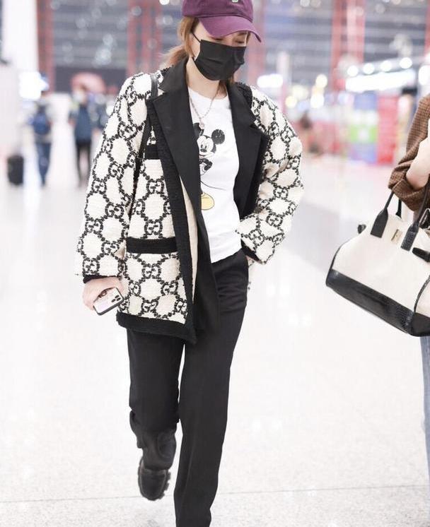 吴昕气质太能打,穿宽松开衫配黑裤子走机场,穿对了就是时髦洋气