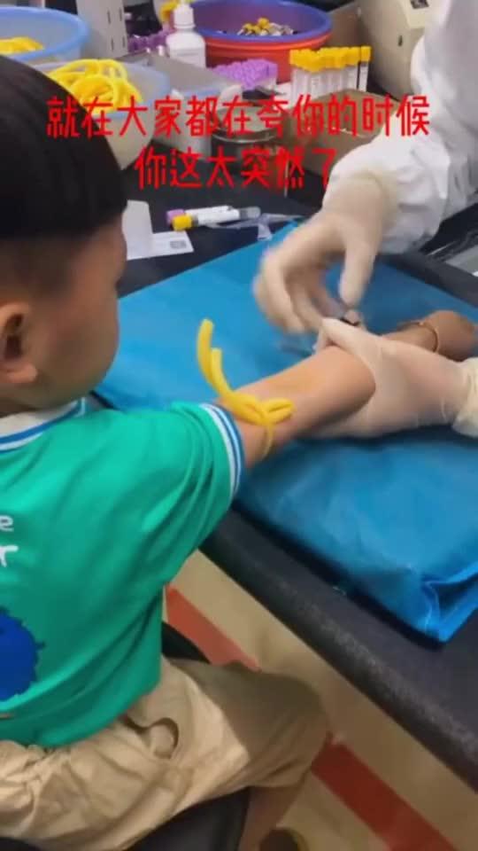 这孩子太狠了,自己把针头拔出来,看着就疼很