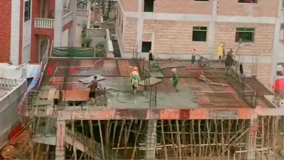 农村里盖房子基本不请专业的工程队,大多都是这样施工的