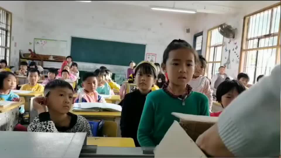 小女孩考试获得班级第一,老师为她准备了丰厚的奖品
