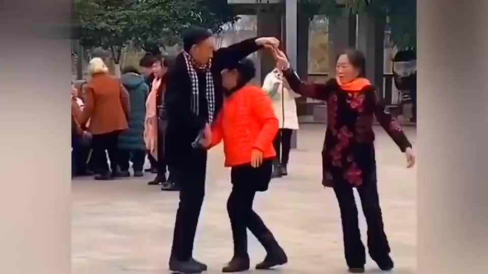 同时教两个大妈跳舞,不愧是大爷