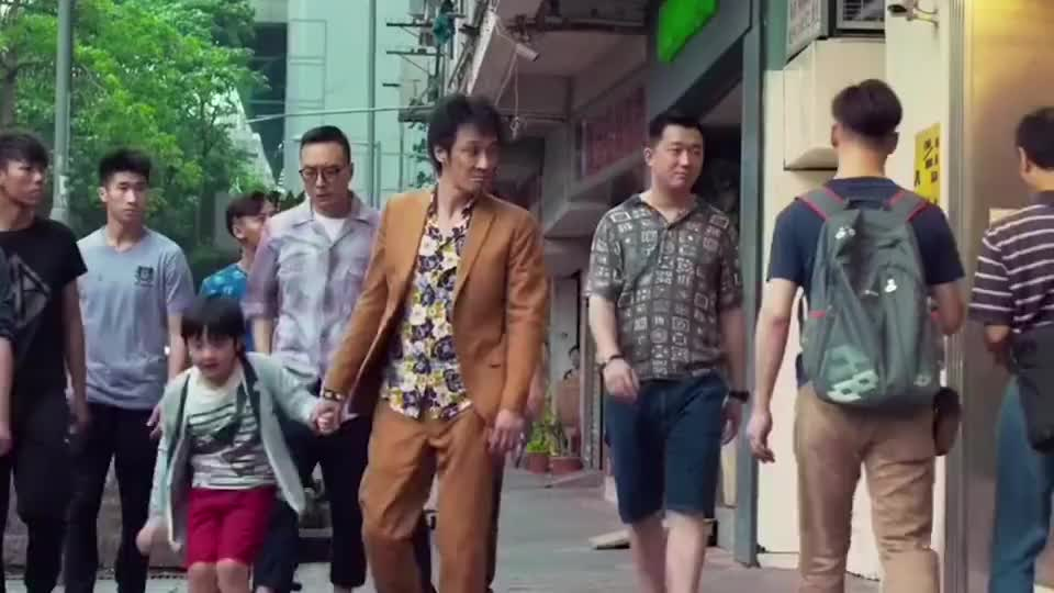 吴镇宇还是很注重在儿子面前的形象的,受保护费前都要把儿子支开